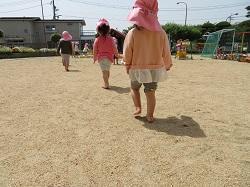 幼稚園 裸足で砂遊び 5月15日(火)