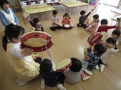 11/28(木) 幼稚園 楽器あそび
