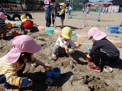 3/19(木) 幼稚園 もも組さんと砂場あそびをしたよ