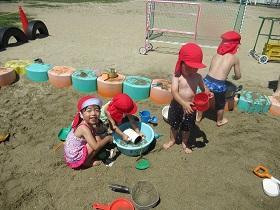 7/14(水)幼稚園 砂場で水遊び